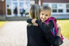Moeder en Dochter voor een school stock afbeeldingen