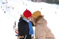 Moeder en dochter wat betreft neuzen Royalty-vrije Stock Afbeeldingen