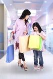 Moeder en dochter in winkelcentrum Stock Foto