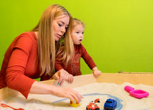 Moeder en dochter witte Europese mensen die studies van vroege ontwikkeling met zand in de zandbak en meer ontwikkelen Royalty-vrije Stock Afbeelding
