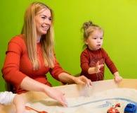Moeder en dochter witte Europese mensen die studies van vroege ontwikkeling met zand in de zandbak en meer ontwikkelen Royalty-vrije Stock Foto's