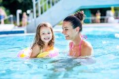 Moeder en dochter in zwembad, aquapark De zonnige zomer royalty-vrije stock afbeelding