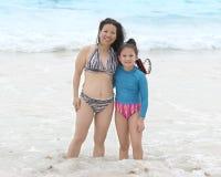 Moeder en dochter in zwempakken die zich in de Caraïbische Zee bevinden stock afbeeldingen