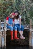 Moeder en dochteractiviteit plakkend royalty-vrije stock afbeelding