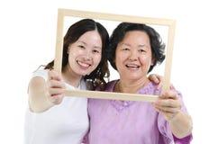 Moeder en dochterfotokader royalty-vrije stock afbeeldingen