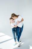 Moeder en dochterholdingshanden en samen het lachen royalty-vrije stock foto
