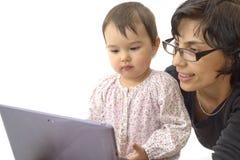 Moeder en dochterkindspel met tabletpc stock foto's