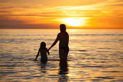 Moeder en dochterkwaliteitstijd samen Stock Foto
