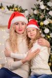 Moeder en dochternieuwjaarkerstmis Stock Afbeelding