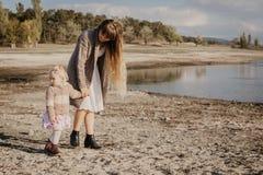 Moeder en dochteroutroor stock foto