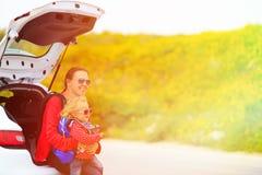 Moeder en dochterreis door auto Royalty-vrije Stock Foto's