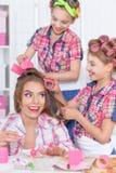 Moeder en dochters die kapsels maken royalty-vrije stock fotografie