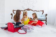 Moeder en dochters die make-up doen Stock Afbeelding