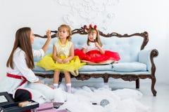 Moeder en dochters die make-up doen Royalty-vrije Stock Afbeelding