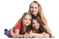 Moeder en dochters die op de vloer liggen Stock Foto