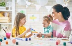 Moeder en dochters die samen schilderen Stock Foto