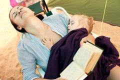 Moeder en dochterslaap stock afbeeldingen