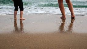 Moeder en dochterspel bij het strand royalty-vrije stock foto's