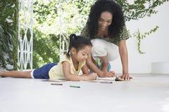 Moeder en Dochtertekening met Kleurpotloden op Portiek royalty-vrije stock afbeeldingen