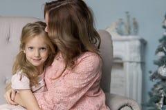 Moeder en dochtervrije tijd samen thuis in de woonkamer stock afbeelding