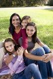 Moeder en drie kinderen die picknick in park hebben