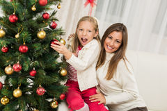 Moeder en Dughter die Kerstboom verfraaien Royalty-vrije Stock Foto