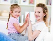 Moeder en dughter met gelukkige glimlach Royalty-vrije Stock Fotografie