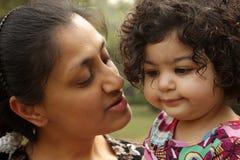 Moeder en een kind Stock Afbeeldingen