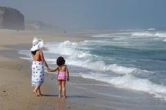 Moeder en haar baby op het strand royalty-vrije stock fotografie