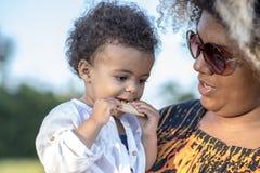 Moeder en haar babydochter in een park Royalty-vrije Stock Foto's