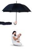 Moeder en haar babyzitting onder paraplu Royalty-vrije Stock Afbeeldingen