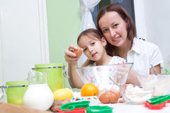 Moeder en haar dochter, die in de keuken bakeing Stock Fotografie