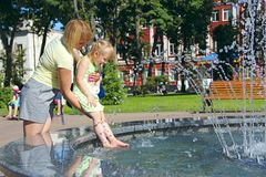 Moeder en haar dochter die dichtbij stadsfonteinen spelen Grappig weekend Royalty-vrije Stock Foto