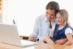 Moeder en haar dochter die laptop met behulp van Royalty-vrije Stock Foto