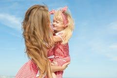 Moeder en haar dochter die pret hebben Stock Foto's