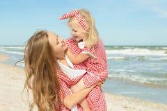 Moeder en haar dochter die pret op het strand hebben Royalty-vrije Stock Foto's