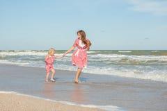 Moeder en haar dochter die pret op het strand hebben Royalty-vrije Stock Afbeeldingen
