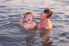 Moeder en haar dochter op het overzees royalty-vrije stock foto's