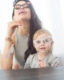 Moeder en haar dochtermeisje met een document toebehoren Royalty-vrije Stock Foto