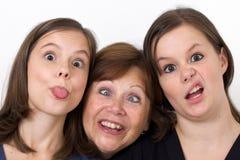 Moeder en haar dochters die dwaas kijken royalty-vrije stock afbeelding