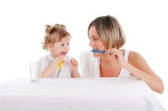 Moeder en haar jonge dochter Royalty-vrije Stock Afbeeldingen