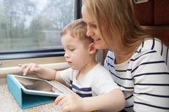 Moeder en haar jonge zoon op een trein Stock Foto's