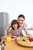 Moeder en haar kind die ontbijt hebben Royalty-vrije Stock Afbeelding