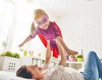 Moeder en haar kind het spelen Stock Foto