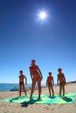 Moeder en haar kinderen op strand royalty-vrije stock afbeeldingen