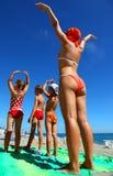 Moeder en haar kinderen op strand stock foto's
