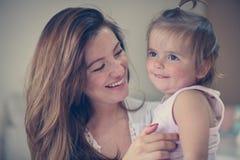 Moeder en haar leuke baby thuis Royalty-vrije Stock Afbeeldingen