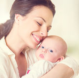 Moeder en haar pasgeboren baby royalty-vrije stock afbeeldingen