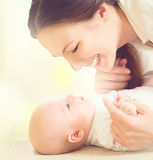 Moeder en haar pasgeboren baby stock afbeeldingen