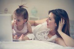 Moeder en haar weinig baby thuis Stock Afbeelding